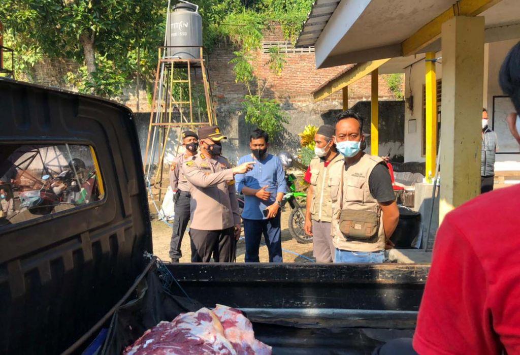 Kapolres dan Dandim 0808 Blitar meninjau penyembelihan hewan kurban di RPH