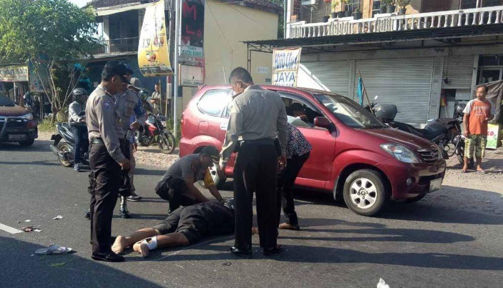 AKBP Muhammad Riffai menolong korban kecelakaan