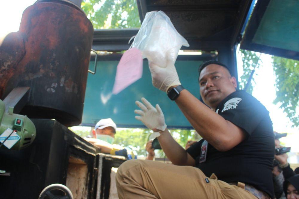 Kasatresnarkoba Polrestabes Surabaya Kompol Memo Ardian memusnahkan ekstasi dalam kapsul bersama narkoba jenis lainnya yang berhasil disita