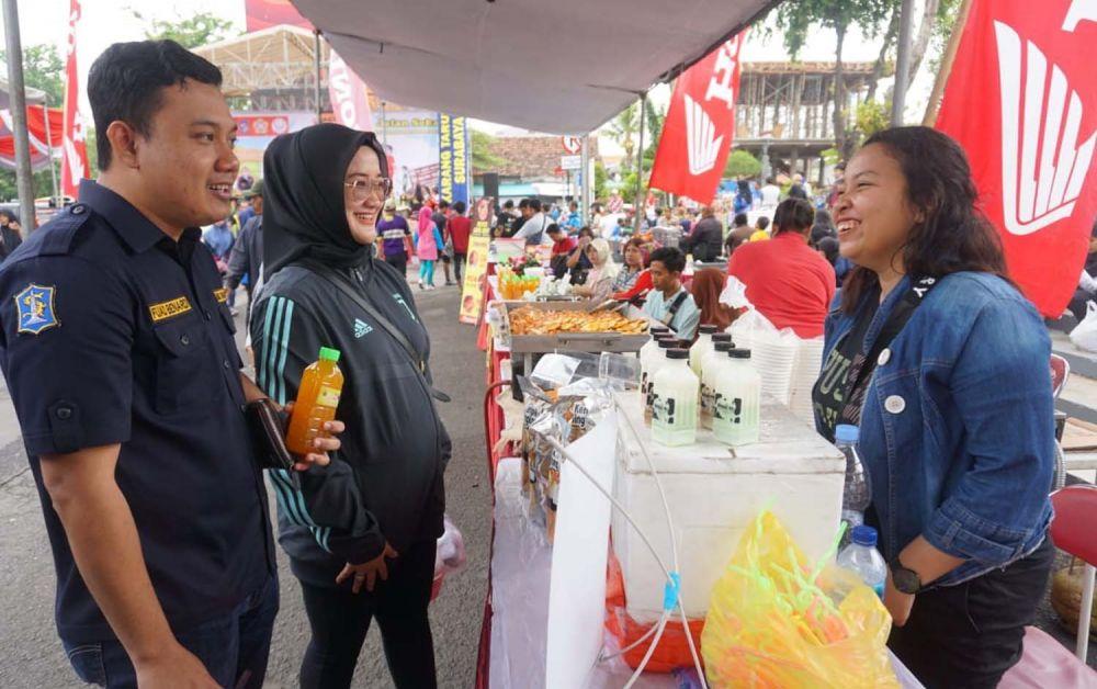 Ketua Karang Taruna Kota Surabaya Fuad Benardi mengunjungi salah satu stan UKM karang taruna salah satu kecamatan