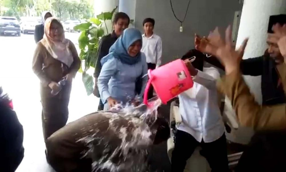 Kasatpol PP disiram air oleh Wali Kota Risma