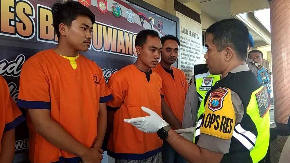 Kapolres Banyuwangi AKBP Taufik Herdiansyah menginterogasi para pelaku