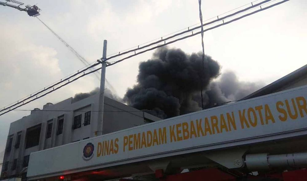 Mobil Bronto Skylift diterjunkan untuk memadamkan kebakaran di gudang bawang putih di Komplek Pergudangan Tambak Langon Indah, Surabaya