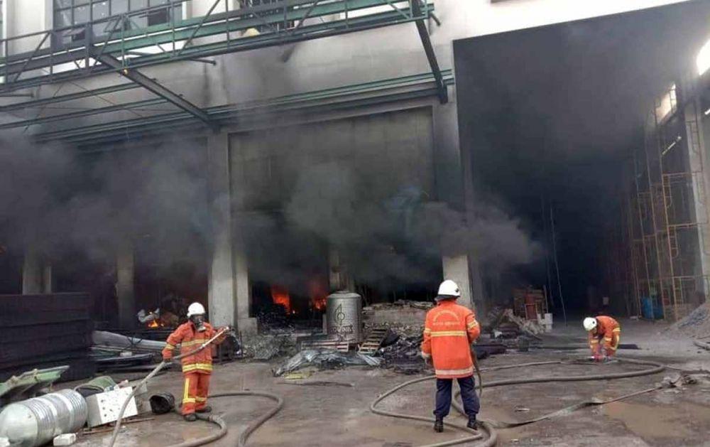 Petugas PMK berusaha memadamkan api