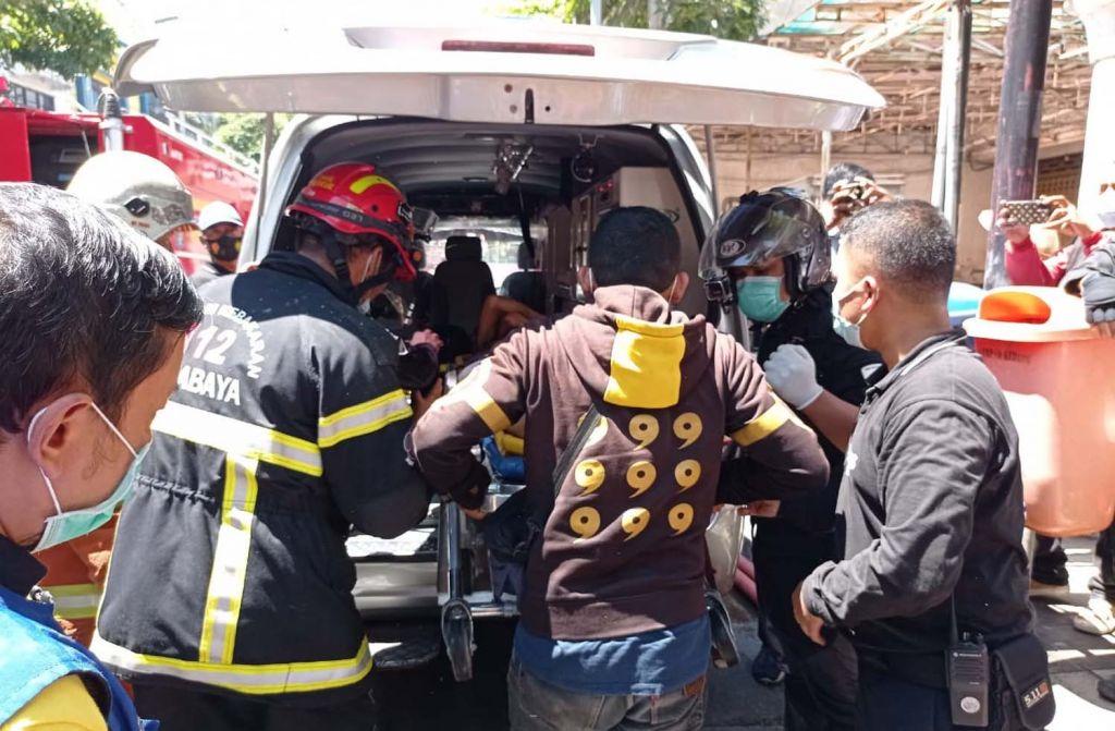 Proses evakuasi salah satu korban kebakaran ruko di Genteng Besar, Surabaya