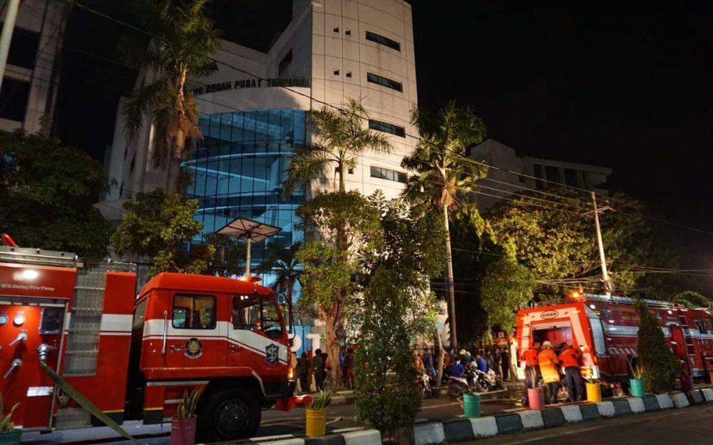 Sejumlah mobil pemadam kebakaran berada di depan RSU dr Soetomo, Surabaya