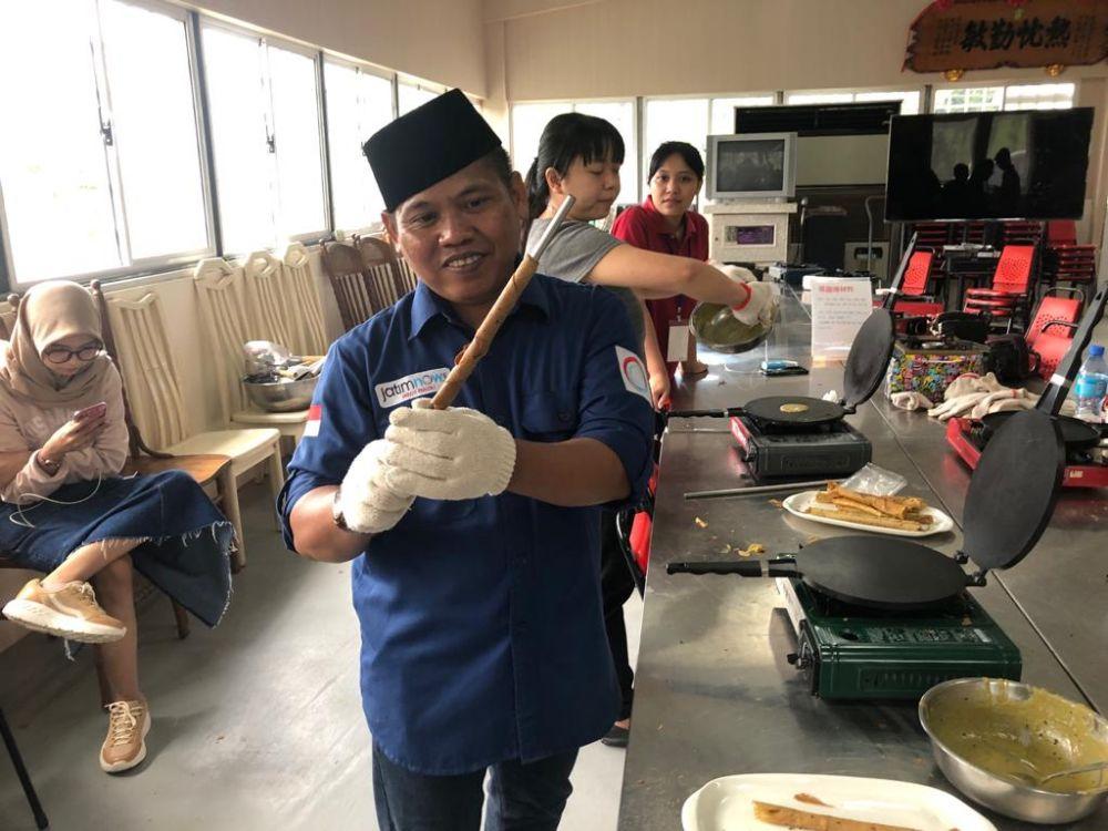 Cak Now, wartawan jatimnow.com, mencoba mengikuti cara membuat aneka olahan duan teh di Agro Wisata Chulu, Taitung, Taiwan