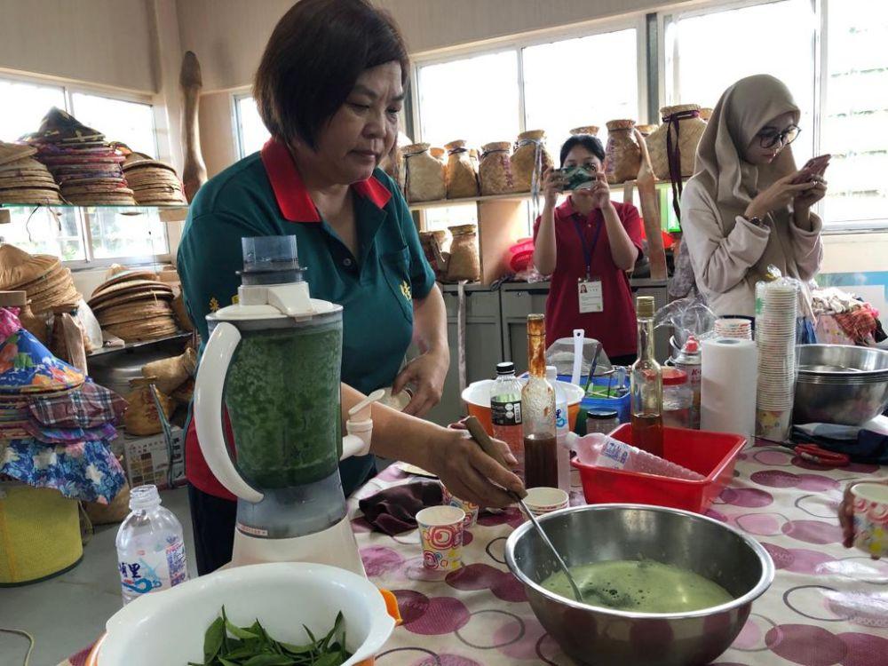 Pengelola Agro Wisata Chulu, Taitung, Taiwan, membuat aneka olahan daun teh