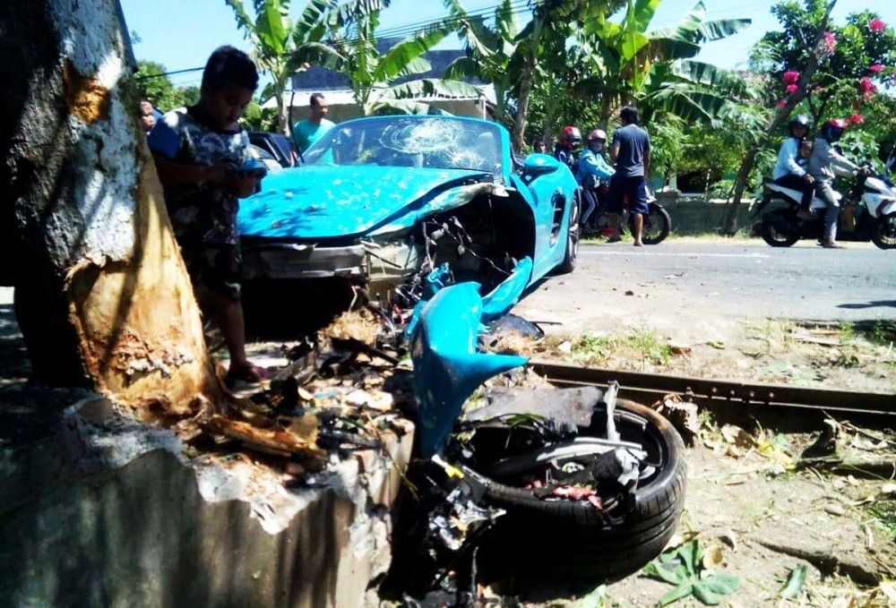 Mobil sport Porsche yang terlibat kecelakaan di Magetan jadi tontonan warga