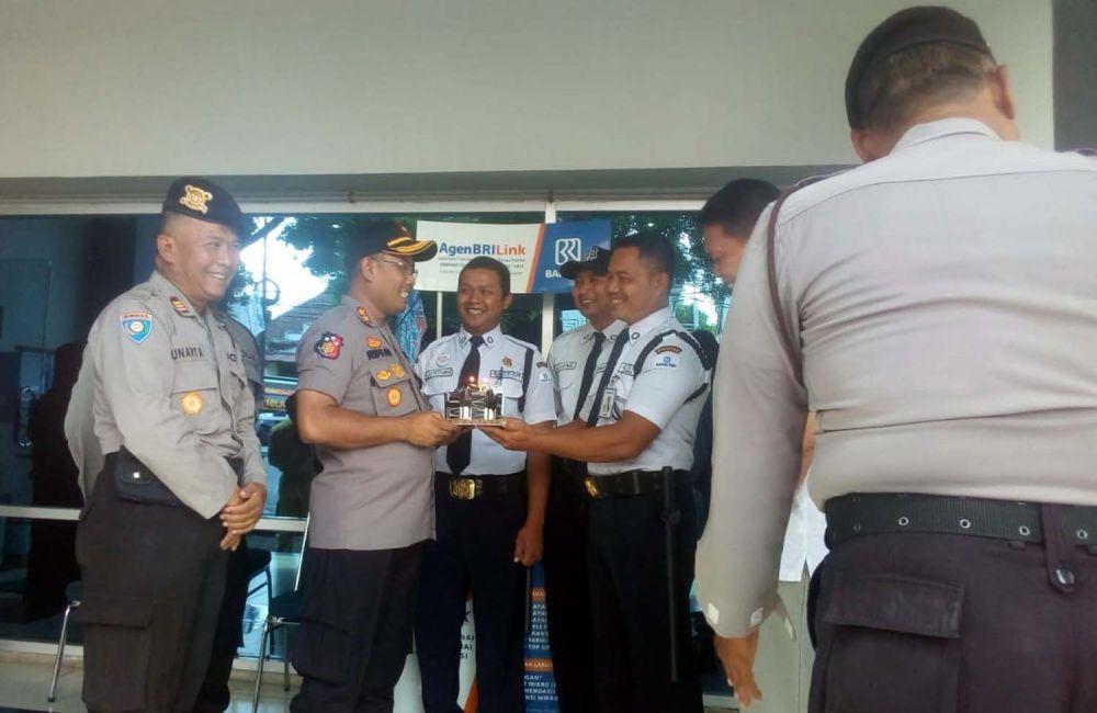 Kapolres Magetan AKBP Muhammad Riffai memberikan kejutan pada para satpam di Bank BRI