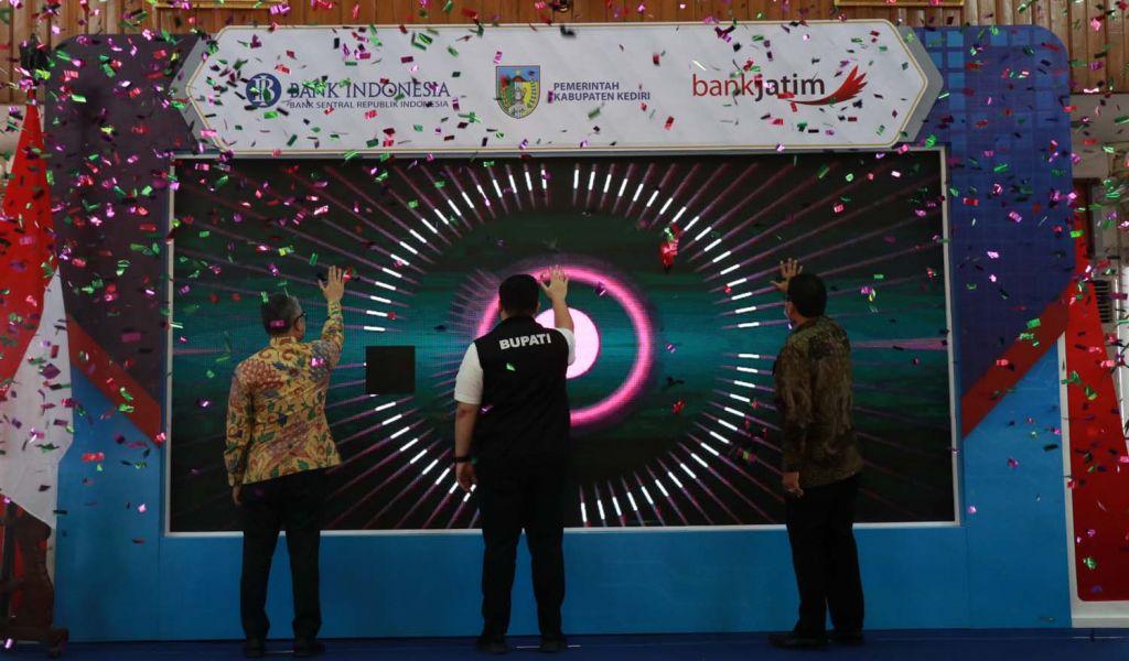 Bank Jatim bekerjasama dengan Pemkab Kediri melaunching digitalisasi pembayaran pajak daerah dan tiket wisata nontunai