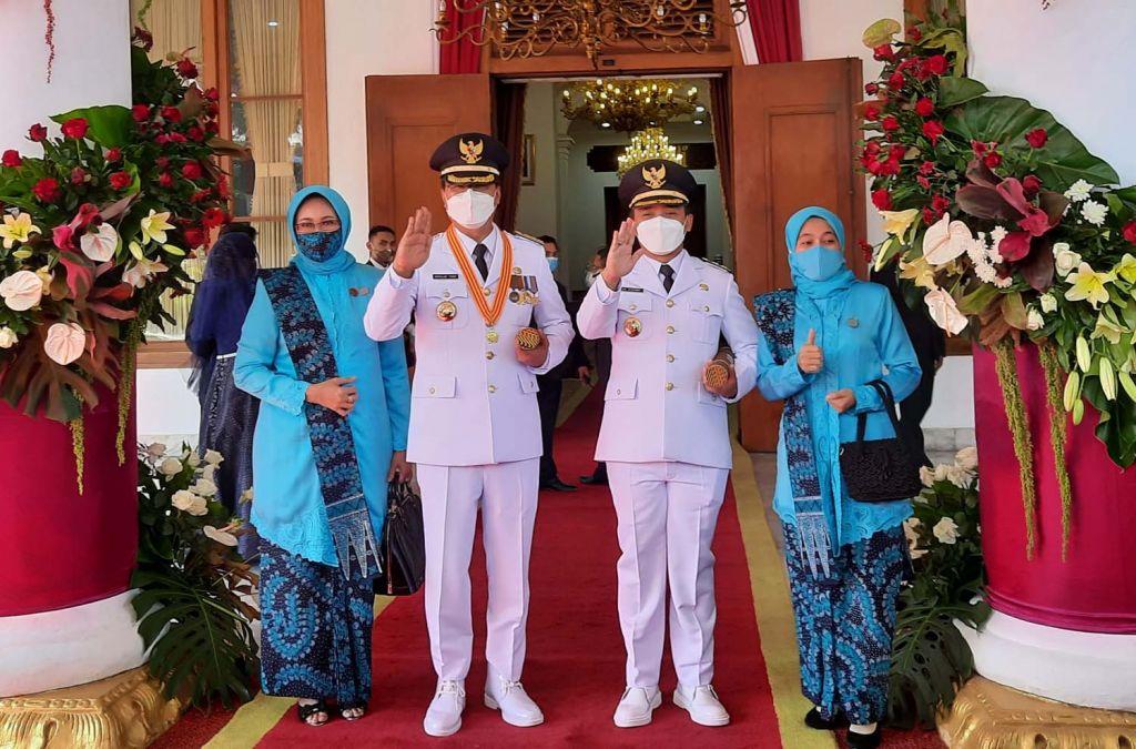Saifullah Yusuf (Gus Ipul) dan Adi Wibowo usai dilantik jadi wali kota dan wakil wali kota Pasuruan di Gedung Negara Grahadi, Surabaya