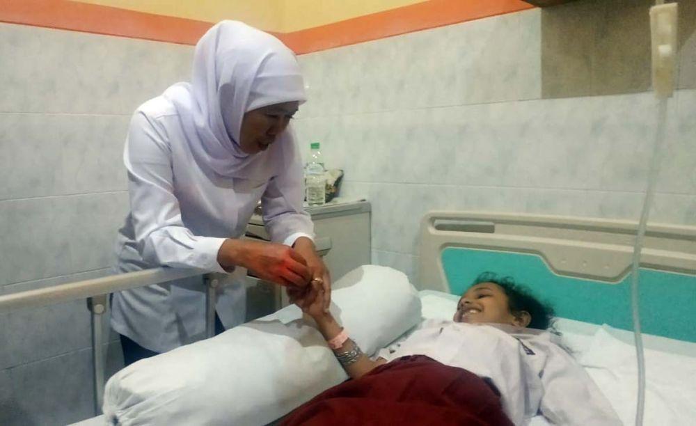 Gubernur Khofifah membesuk korban luka atas ambruknya atap SDN Gentong Kota Pasuruan