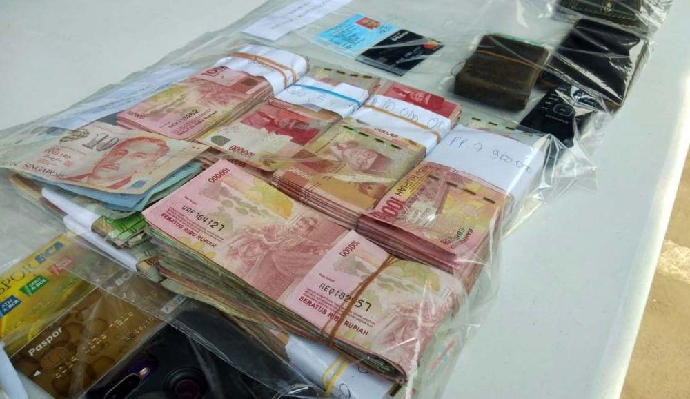 Barang bukti kejahatan sindikat penggandaan uang abal-abal dibeber di Gedung Ditreskrimum Polda Jatim