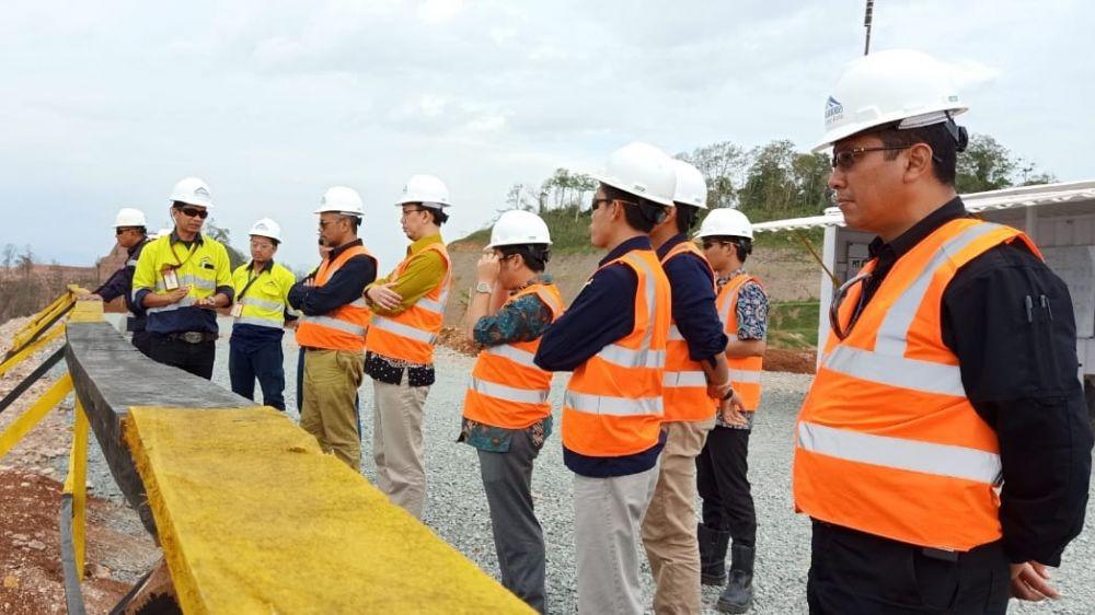 Rombongan dari Komnas HAM mendapat penjelasan dari PT BSI terkait operasional tambang emas Tumpang Pitu