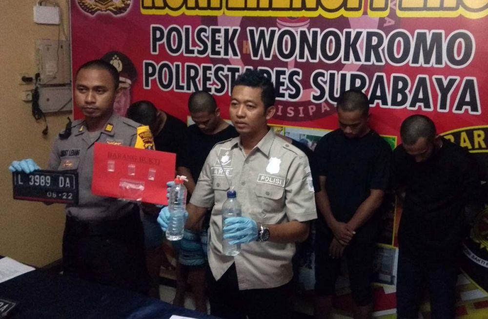 Kapolsek Wonokromo AKP Christoper dan Kanitreskrim Ipda Ari Pranoto membeberkan barang bukti sabu dan curanmor serta para tersangka