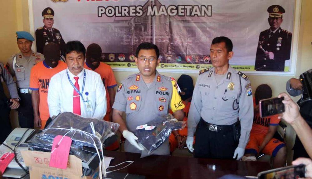 Kapolres Magetan, AKBP Muhammad Rifai menunjukkan barang bukti hasil kejahatan para pelaku