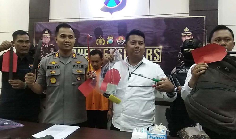 Kapolres Mojokerto AKBP Setyo Koes Heriyantno dan Kasatreskrim AKP MS Ferry membeberkan barang bukti komplotan pembobolan gudang