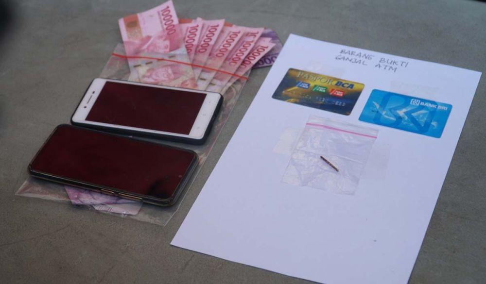 Barang bukti kejahatan komplotan pembobol kartu ATM disita Unit Resmob Satreskrim Polrestabes Surabaya