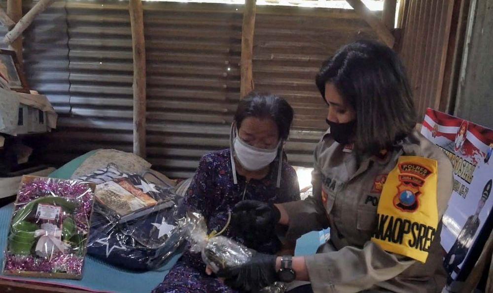 Wakapolres Lamongan Kompol Dies Ferra Ningtyas saat memberikan bantuan kepada Supinah (71)
