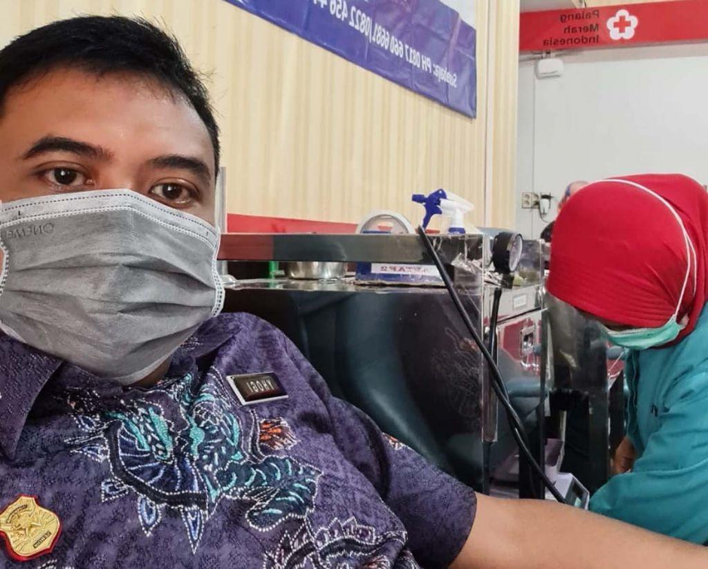 Serdik Sespimen Polri Angkatan 61 Kompol Yhogi Hadi Setiawan saat donor darah di Kantor PMI Tulungagung