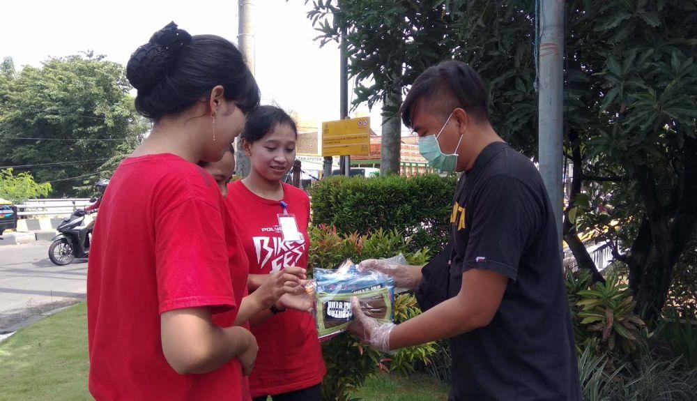 Netizen membagikan masker dan hand sanitizer kepada pengguna jalan di Sidoarjo