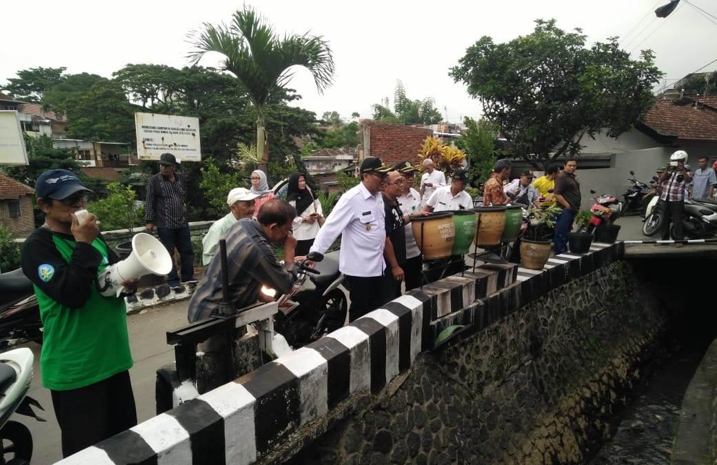 Wakil Wali Kota Malang, Sofyan Edi Jarwoko saat memastikan saluran air bebas sampah