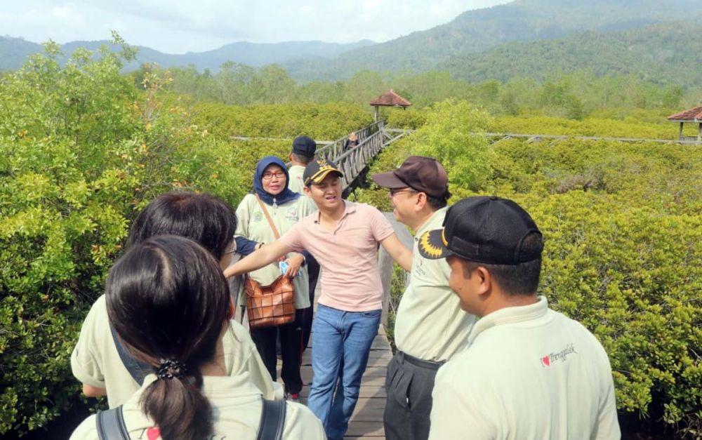 Bupati Trenggalek Nur Arifin saat mendampingi perwakilan dari Temasek Foundation International