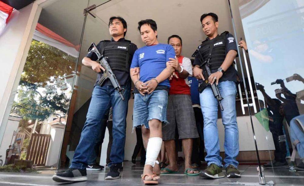 Muksin (kaki diperban), saat digelandang di Mapolrestabes Surabaya