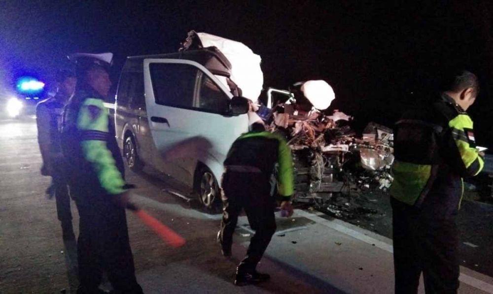 Kondisi mobil Toyota Hiace hancur setelah menabrak bagian belakang truk tronton di Tol Madiun-Nganjuk