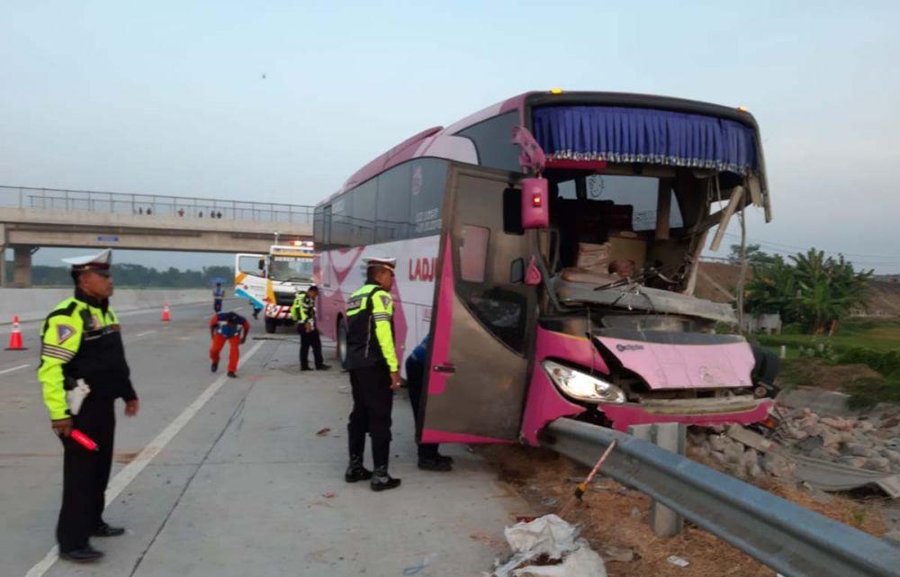Kondisi Bus Ladju yang terlibat kecelakaan di Tol Gempol sebelum dievakusi