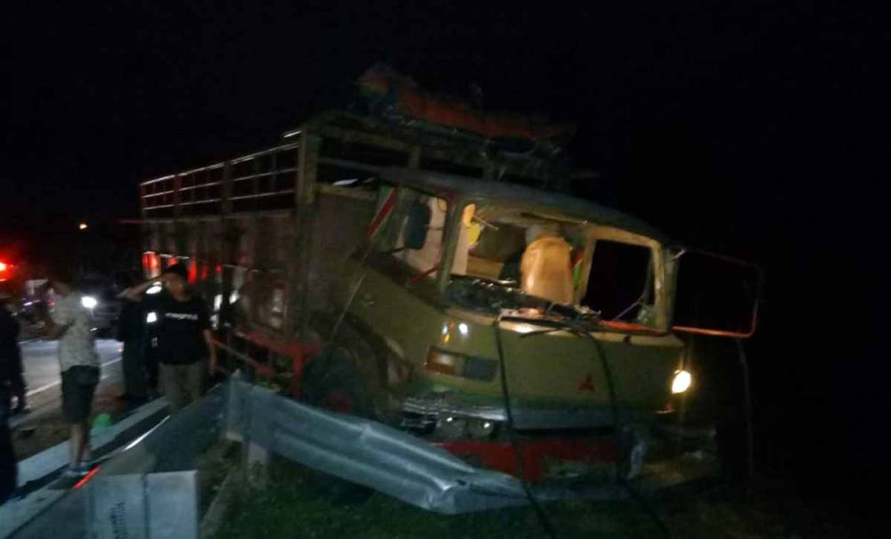 Truk Fuso mengalami kerusakan setelah ditabrak bus