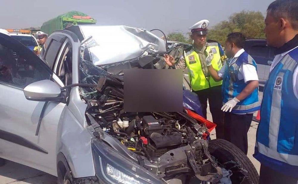 Toyota Rush hancur pada bagian depan setelah menabrak truk boks di Tol Sumo
