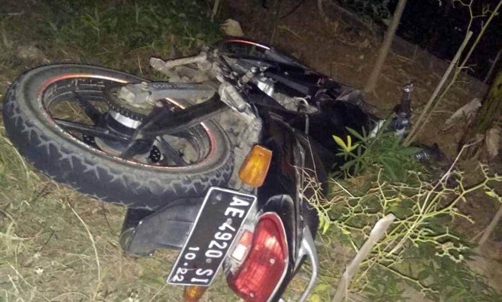 Motor yang dikendarai sang biker setelah terlibat kecelakaan dengan truk di Ponorogo