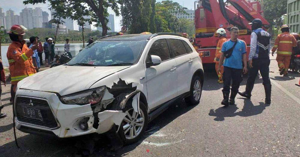 Petugas PMK Surabaya mengevakuasi mobil Outlander yang terbalik