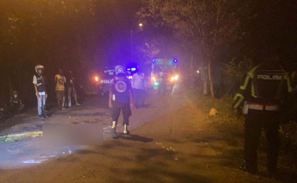 Polisi melakukan olah TKP di lokasi kecelakaan
