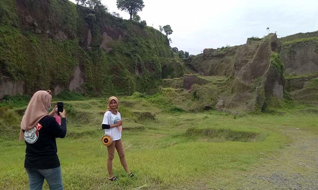 Pengunjung menikmati pemandangan alam di Lembah Dieng, Gempol, Pasuruan