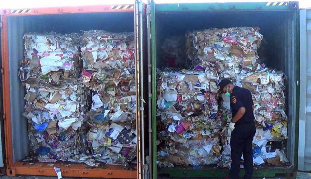 Kontainer berisi kertas bekas terpapar limbah diamankan Bea Cukai Tanjung Perak, Surabaya