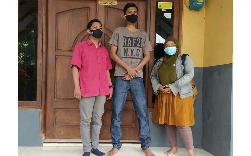 Lukman Hakim Pratama (tengah), pemuda di Kota Probolinggo bertinggi badan 2 meter
