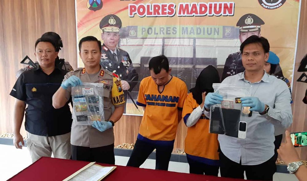 Kapolres Madiun, AKBP Ruruh Wicaksono menunjukkan barang bukti kejatahan dari suami istri penguras uang kartu ATM
