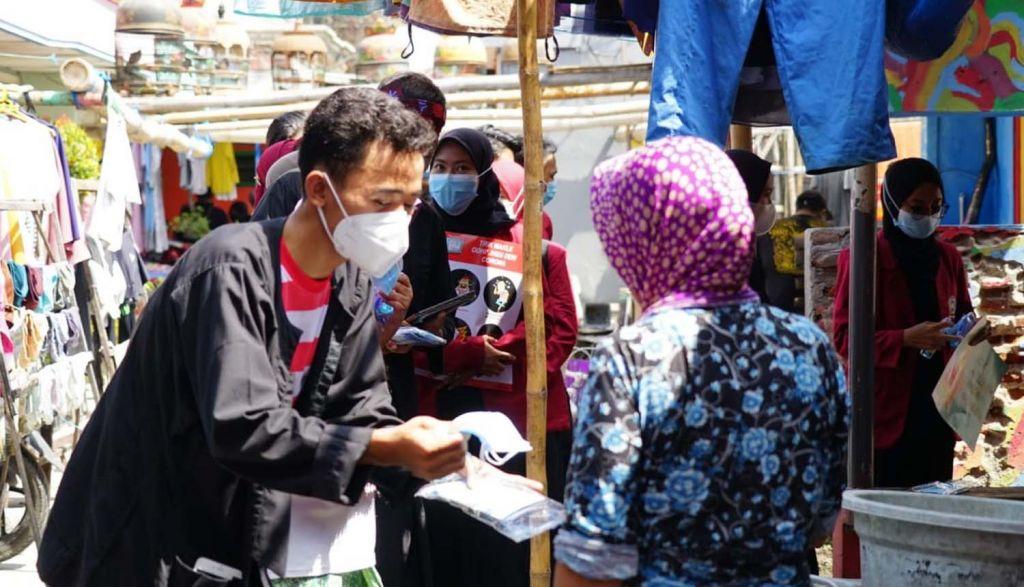 Para mahasiswa FIK UMSurabaya memberikan edukasi prokes ke warga pesisir Sukolilo