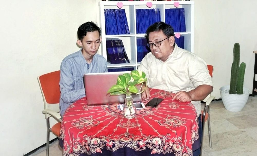 Trio Wicaksono bersama dosen pembimbing Untag Surabaya