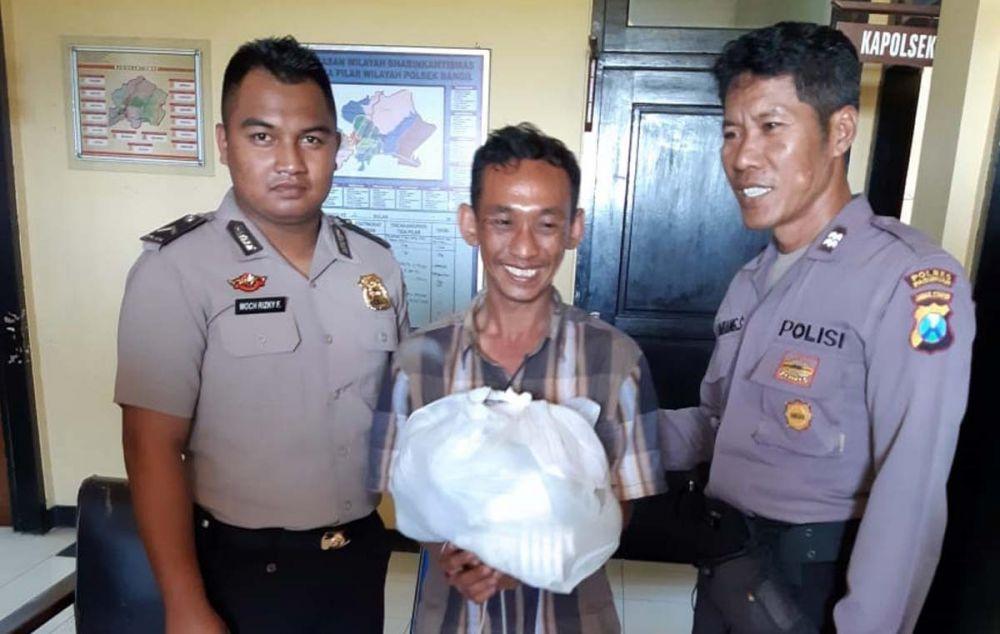 Pelaku bersama lampu-lampu LED yang dicurinya diamankan di Mapolsek Bangil