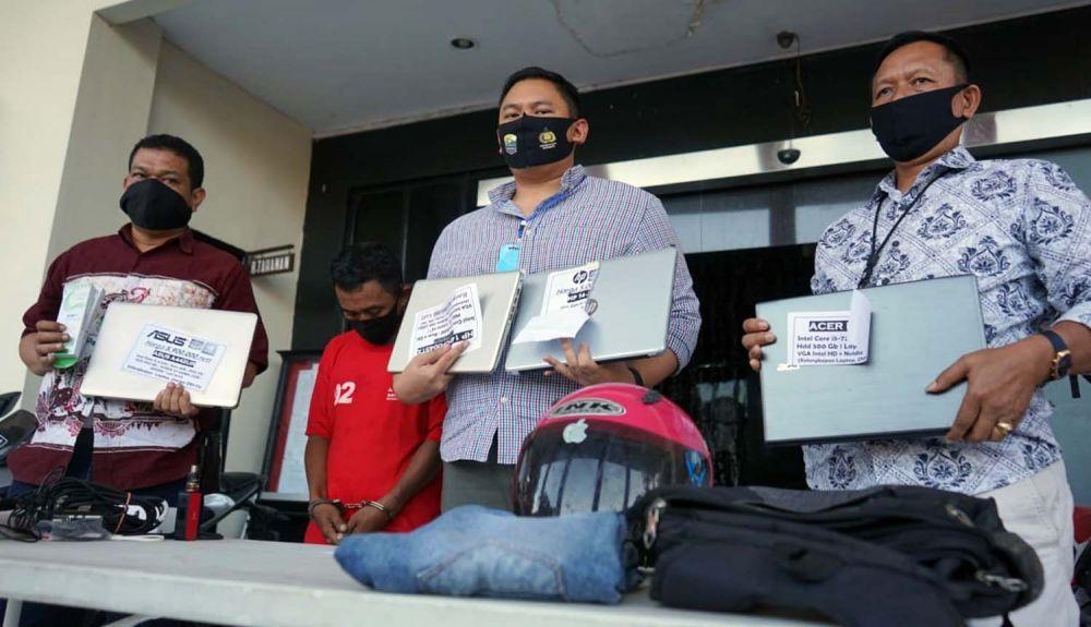 Kanit Resmob Polrestabes Surabaya Iptu Arief Risky Wicaksana menunjukkan barang bukti hasil pembobolan yang dilakukan mantan penculik