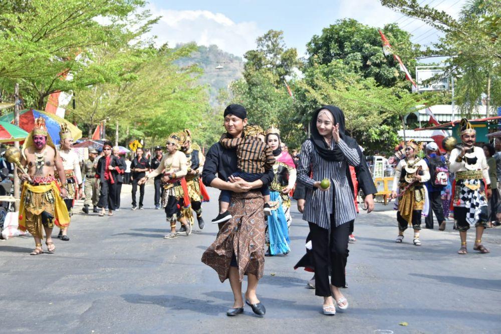 Bupati Mas Ipin dan istri ikut jalan kaki di Pawai Etnik Carnival