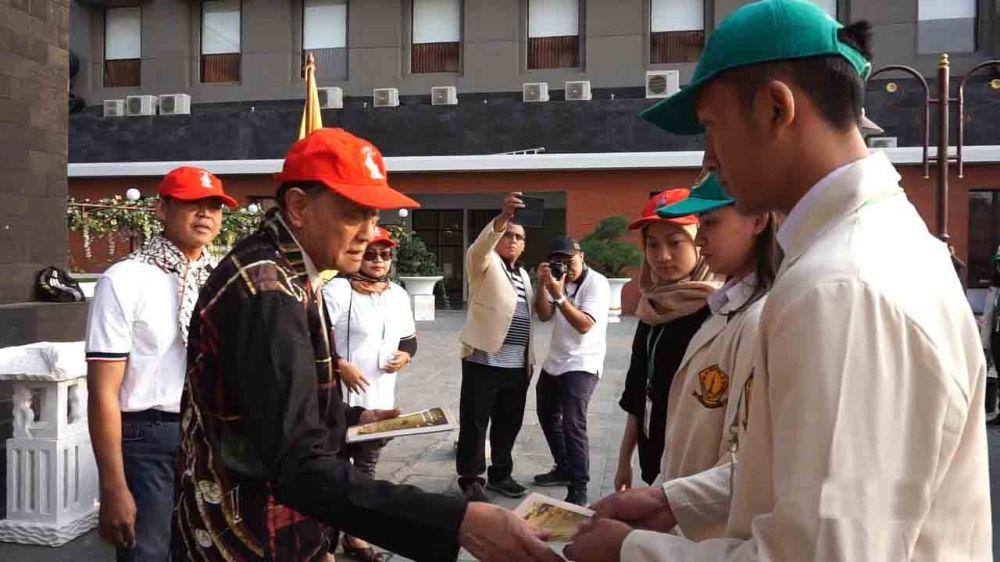 Ketua Pengurus Yayasan Wijaya Kusuma, Drs Soedjatmiko saat melepas rombongan napak tilas