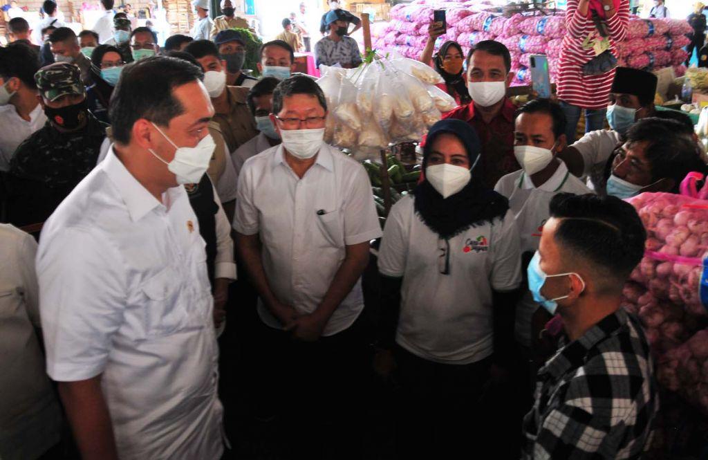 Menteri Perdagangan (Mendag) Muhammad Lutfi saat meninjau aktivitas di Pasar Induk Osowilangun Surabaya (PIOS)