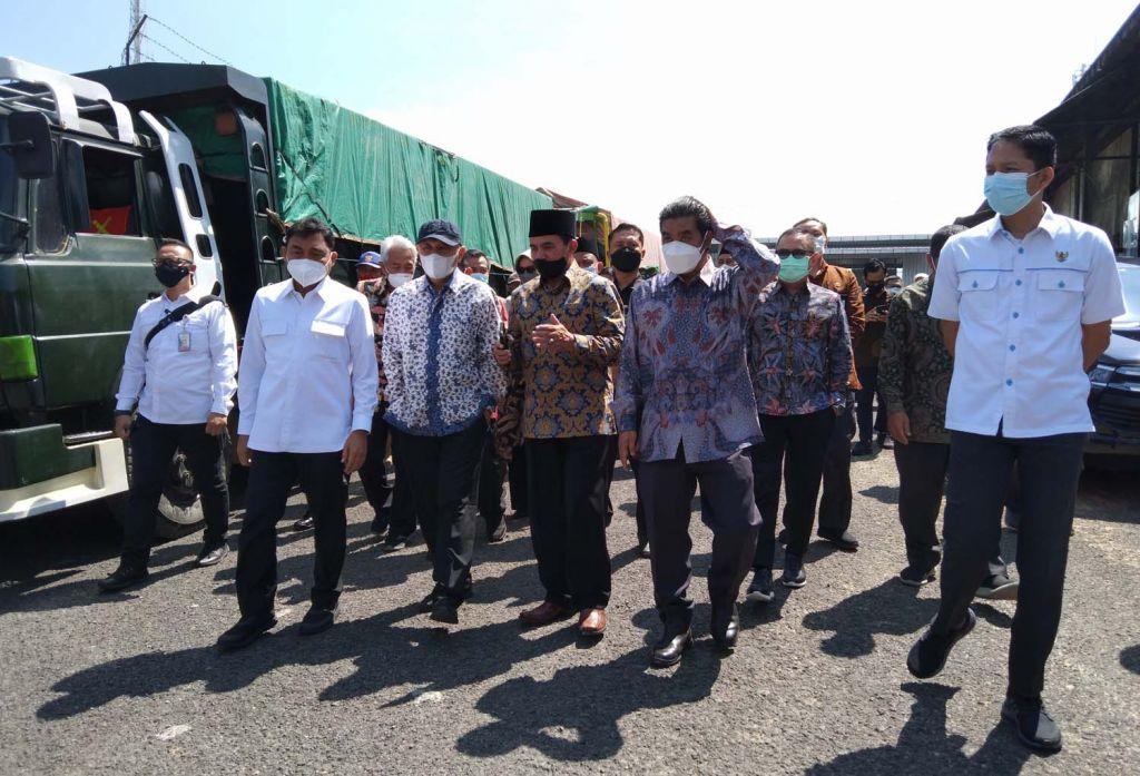 Menteri Koperasi-UMKM, Teten Masduki saat meninjau tempat pembesaran sapi dan gudang pakan Koperasi SAE Pujon, Malang