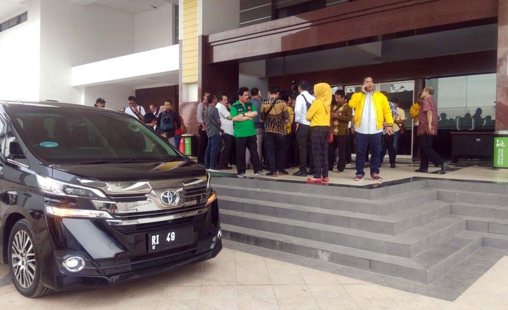 Rombongan Menpora Zainuddin Amali tertahan di depan Stadion GBT karena pintu masuk stadion terkunci