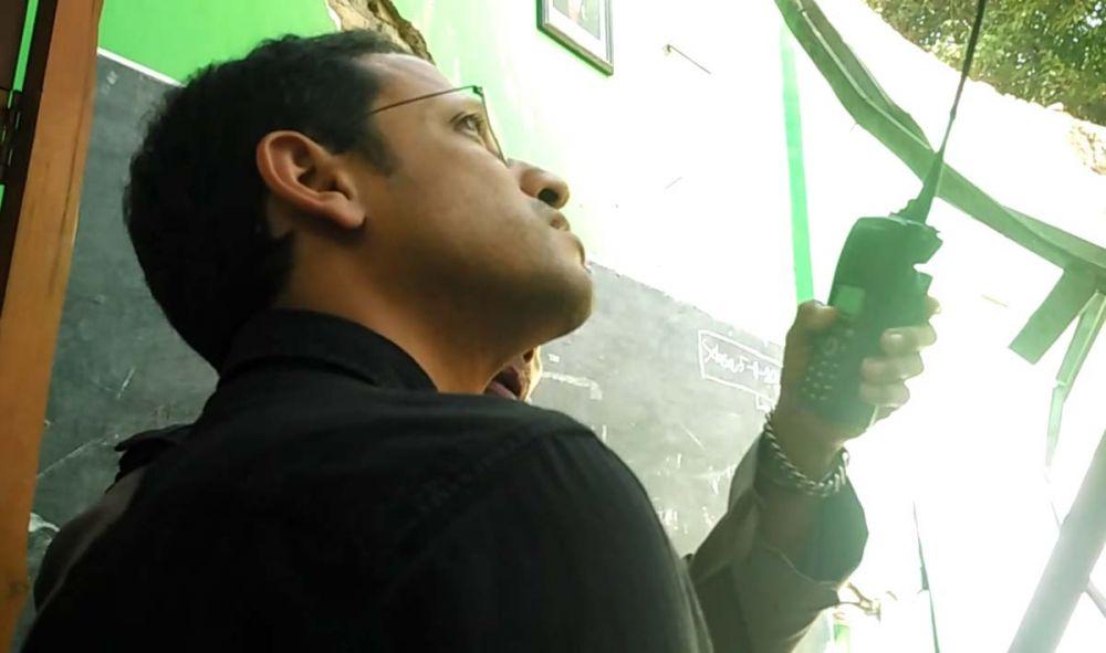 Menteri Nadiem melihat atap ruang kelas SDN Gentong Kota Pasuruan yang ambruk